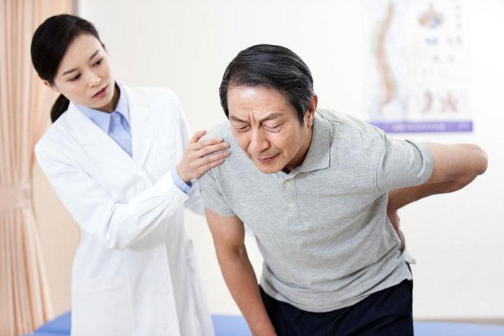 อาการที่ควรพบแพทย์ ปวดหลัง